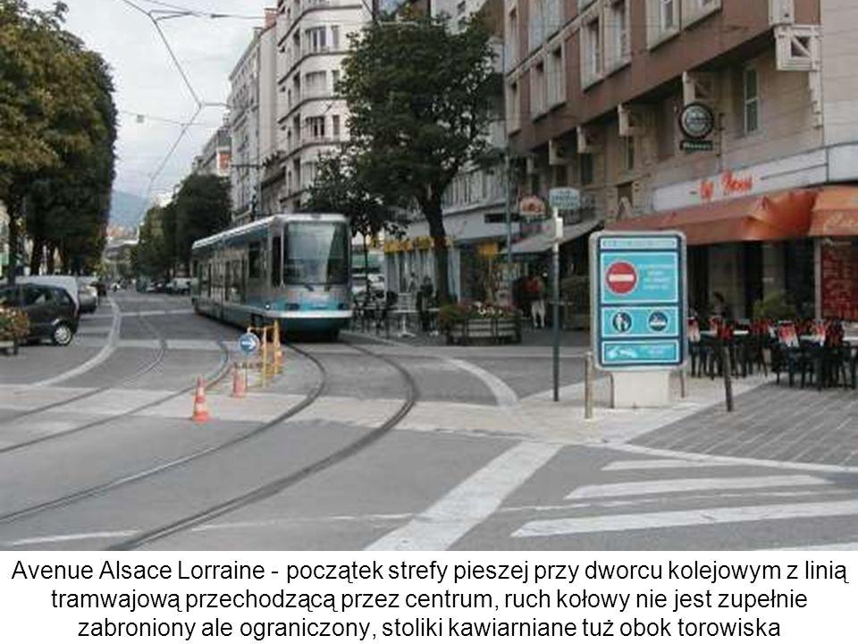 Avenue Alsace Lorraine - początek strefy pieszej przy dworcu kolejowym z linią tramwajową przechodzącą przez centrum, ruch kołowy nie jest zupełnie zabroniony ale ograniczony, stoliki kawiarniane tuż obok torowiska