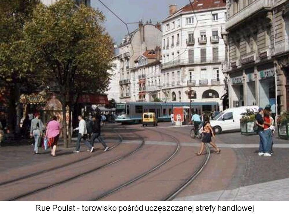 Rue Poulat - torowisko pośród uczęszczanej strefy handlowej