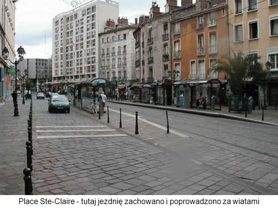 Place Ste-Claire - tutaj jezdnię zachowano i poprowadzono za wiatami