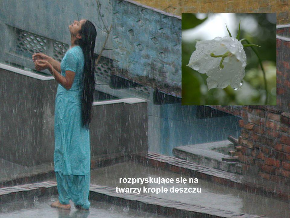 rozpryskujące się na twarzy krople deszczu