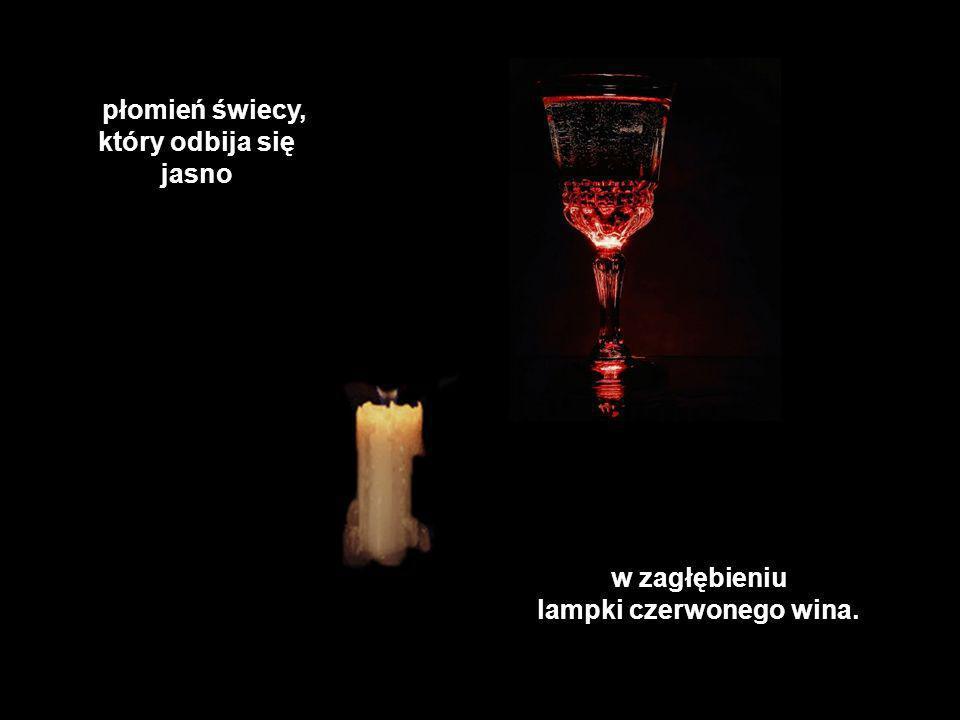 i płomień świecy, który odbija się jasno