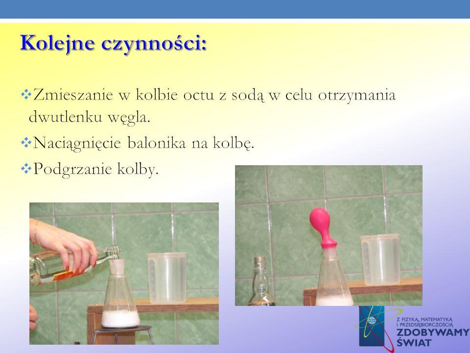 Kolejne czynności: Zmieszanie w kolbie octu z sodą w celu otrzymania dwutlenku węgla. Naciągnięcie balonika na kolbę.