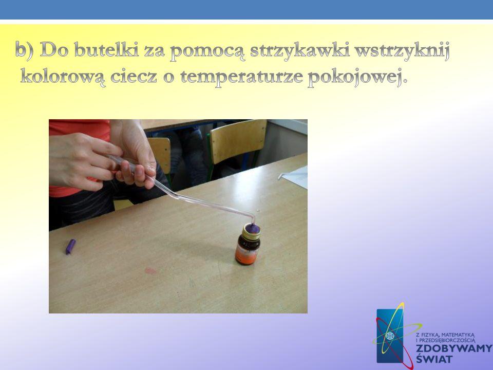 b) Do butelki za pomocą strzykawki wstrzyknij