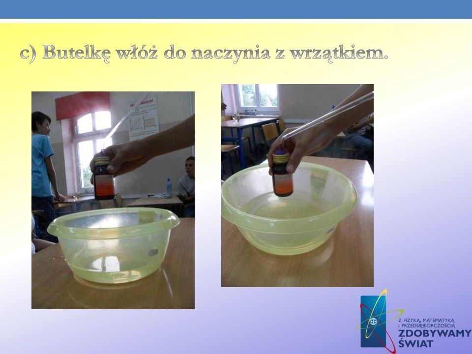 c) Butelkę włóż do naczynia z wrzątkiem.