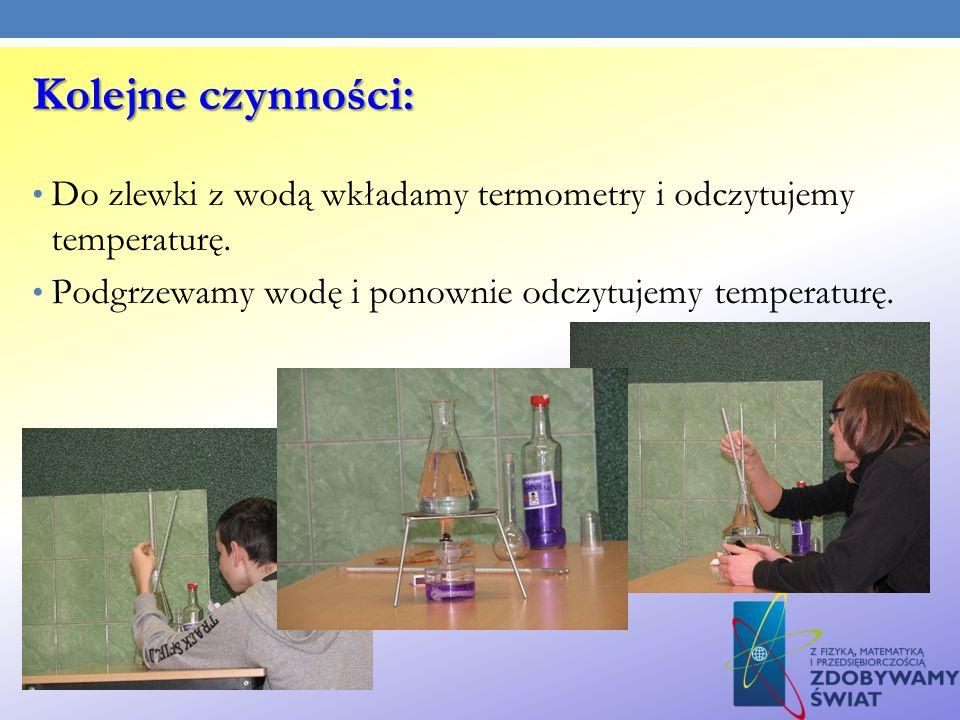 Kolejne czynności: Do zlewki z wodą wkładamy termometry i odczytujemy temperaturę.