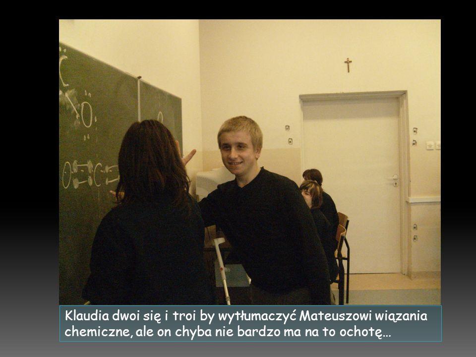 Klaudia dwoi się i troi by wytłumaczyć Mateuszowi wiązania chemiczne, ale on chyba nie bardzo ma na to ochotę…