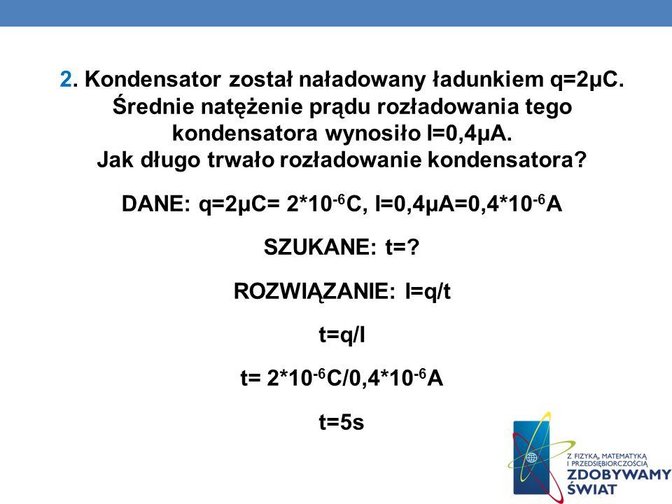 2. Kondensator został naładowany ładunkiem q=2μC