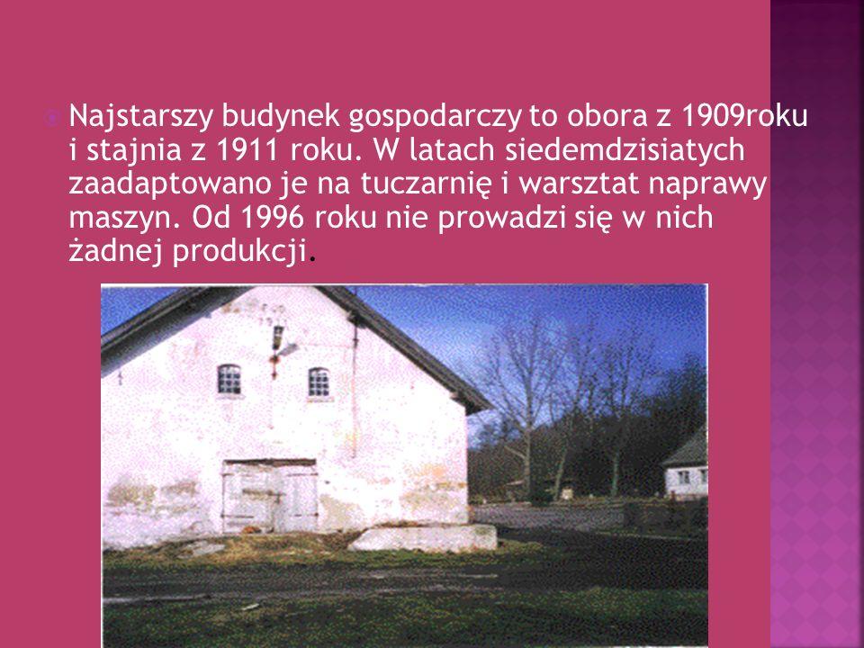 Najstarszy budynek gospodarczy to obora z 1909roku i stajnia z 1911 roku.