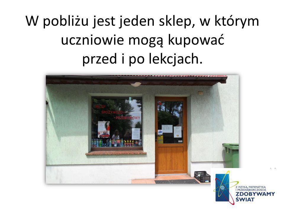 W pobliżu jest jeden sklep, w którym uczniowie mogą kupować przed i po lekcjach.