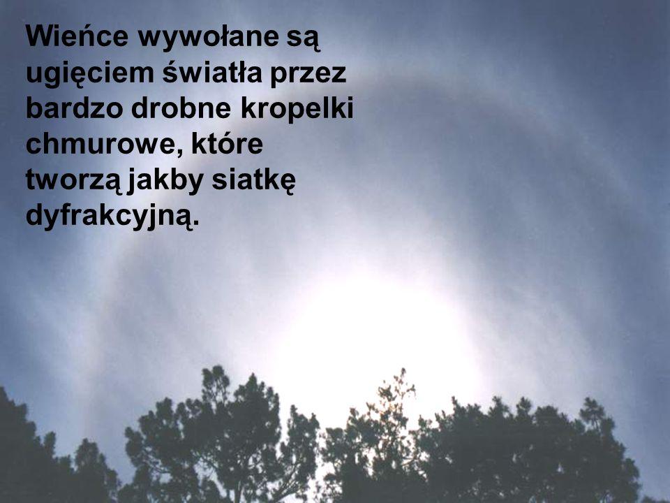 Wieńce wywołane są ugięciem światła przez bardzo drobne kropelki chmurowe, które tworzą jakby siatkę dyfrakcyjną.