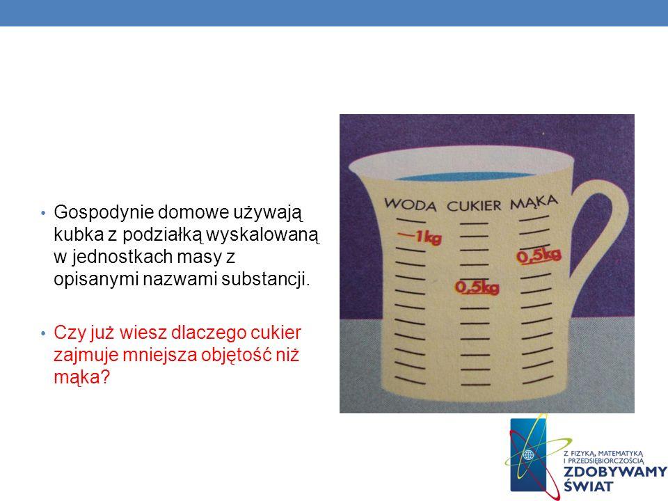 Gospodynie domowe używają kubka z podziałką wyskalowaną w jednostkach masy z opisanymi nazwami substancji.