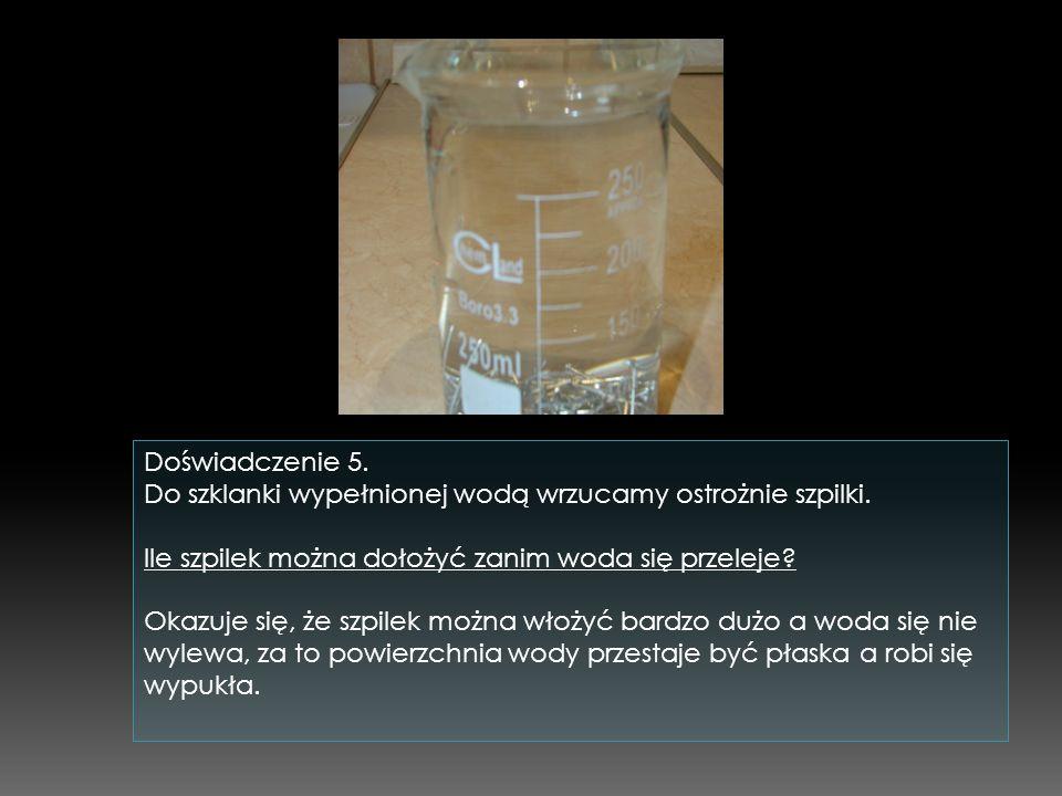 Doświadczenie 5. Do szklanki wypełnionej wodą wrzucamy ostrożnie szpilki. Ile szpilek można dołożyć zanim woda się przeleje