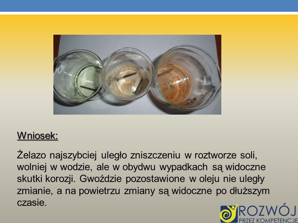 Wniosek: Żelazo najszybciej uległo zniszczeniu w roztworze soli, wolniej w wodzie, ale w obydwu wypadkach są widoczne skutki korozji.