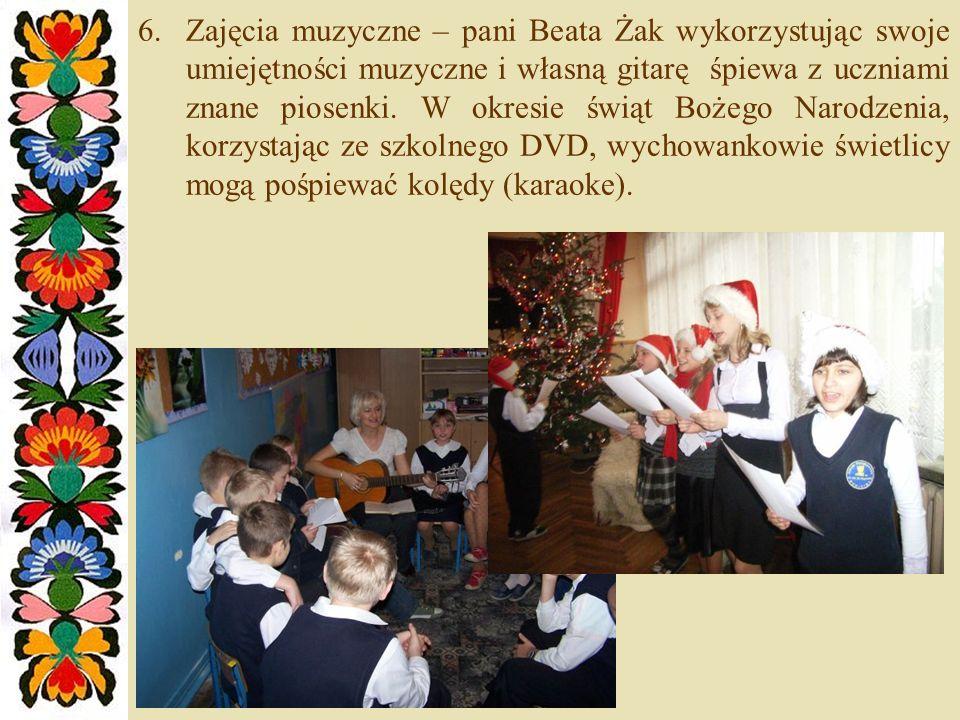 Zajęcia muzyczne – pani Beata Żak wykorzystując swoje umiejętności muzyczne i własną gitarę śpiewa z uczniami znane piosenki.