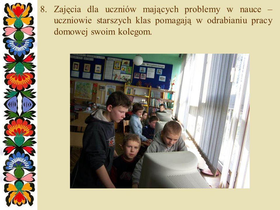 Zajęcia dla uczniów mających problemy w nauce – uczniowie starszych klas pomagają w odrabianiu pracy domowej swoim kolegom.