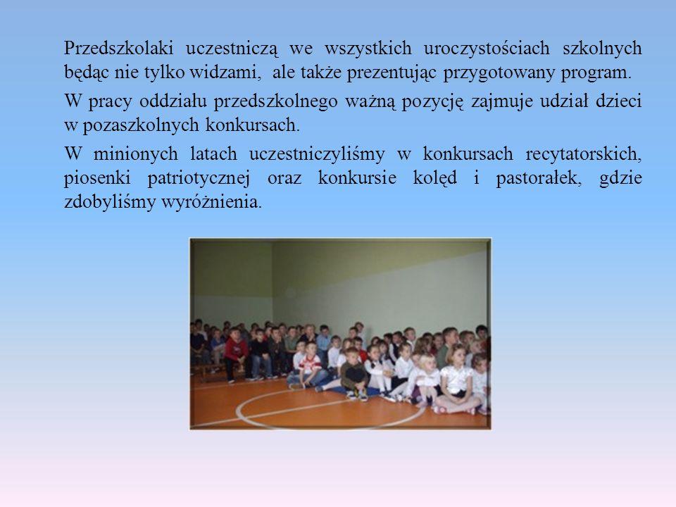 Przedszkolaki uczestniczą we wszystkich uroczystościach szkolnych będąc nie tylko widzami, ale także prezentując przygotowany program.