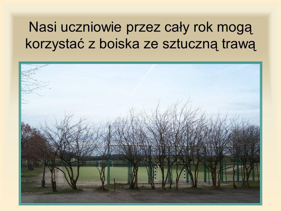 Nasi uczniowie przez cały rok mogą korzystać z boiska ze sztuczną trawą
