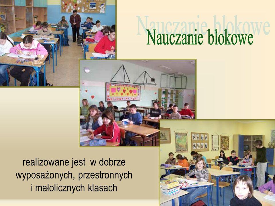 Nauczanie blokowe realizowane jest w dobrze wyposażonych, przestronnych i małolicznych klasach.