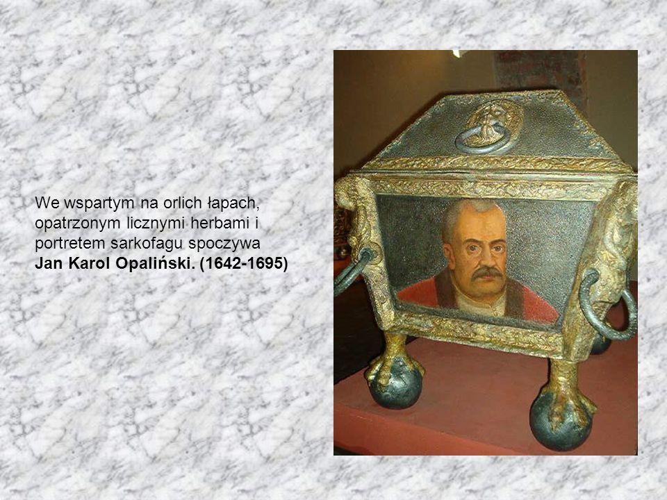 We wspartym na orlich łapach, opatrzonym licznymi herbami i portretem sarkofagu spoczywa Jan Karol Opaliński.