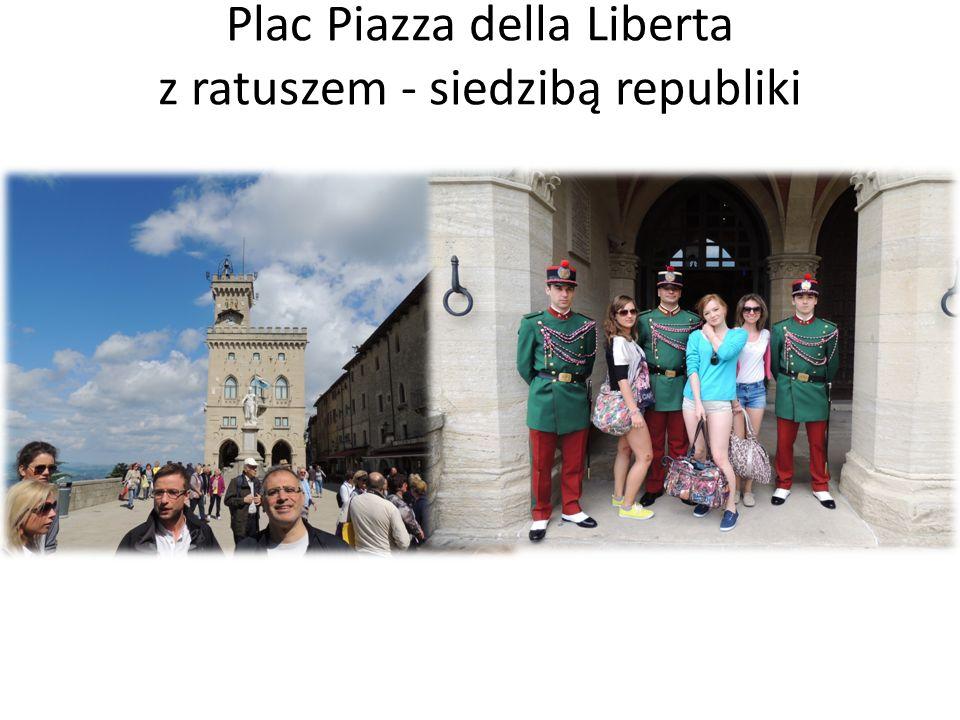 Plac Piazza della Liberta z ratuszem - siedzibą republiki