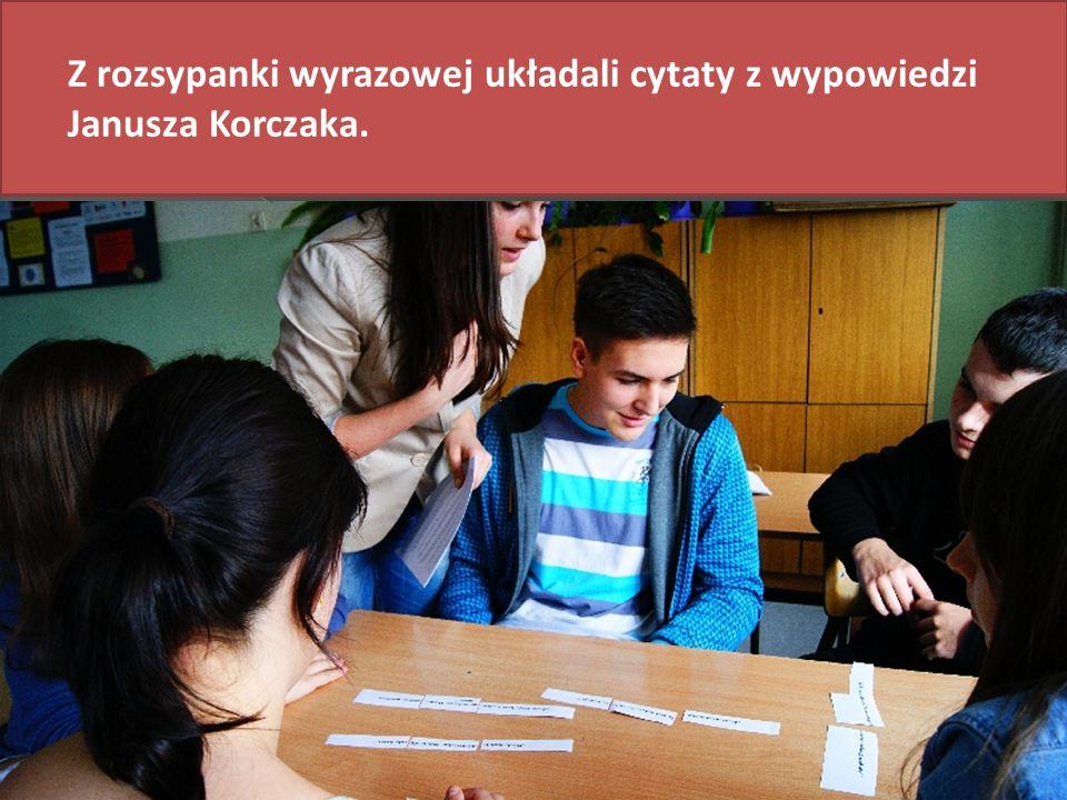 Z rozsypanki wyrazowej układali cytaty z wypowiedzi Janusza Korczaka.