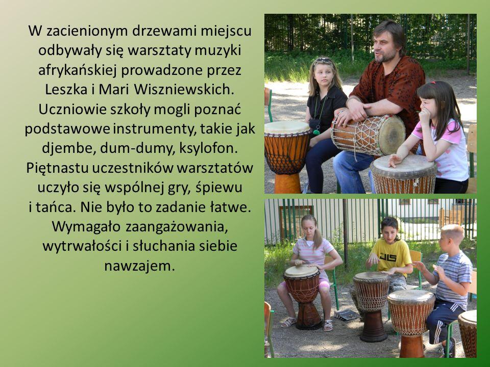 W zacienionym drzewami miejscu odbywały się warsztaty muzyki afrykańskiej prowadzone przez Leszka i Mari Wiszniewskich.