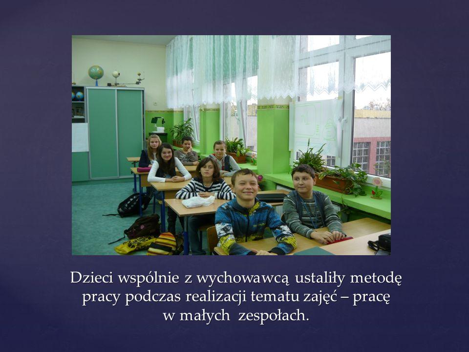 Dzieci wspólnie z wychowawcą ustaliły metodę pracy podczas realizacji tematu zajęć – pracę w małych zespołach.