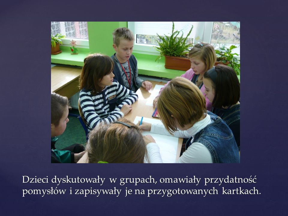 Dzieci dyskutowały w grupach, omawiały przydatność pomysłów i zapisywały je na przygotowanych kartkach.