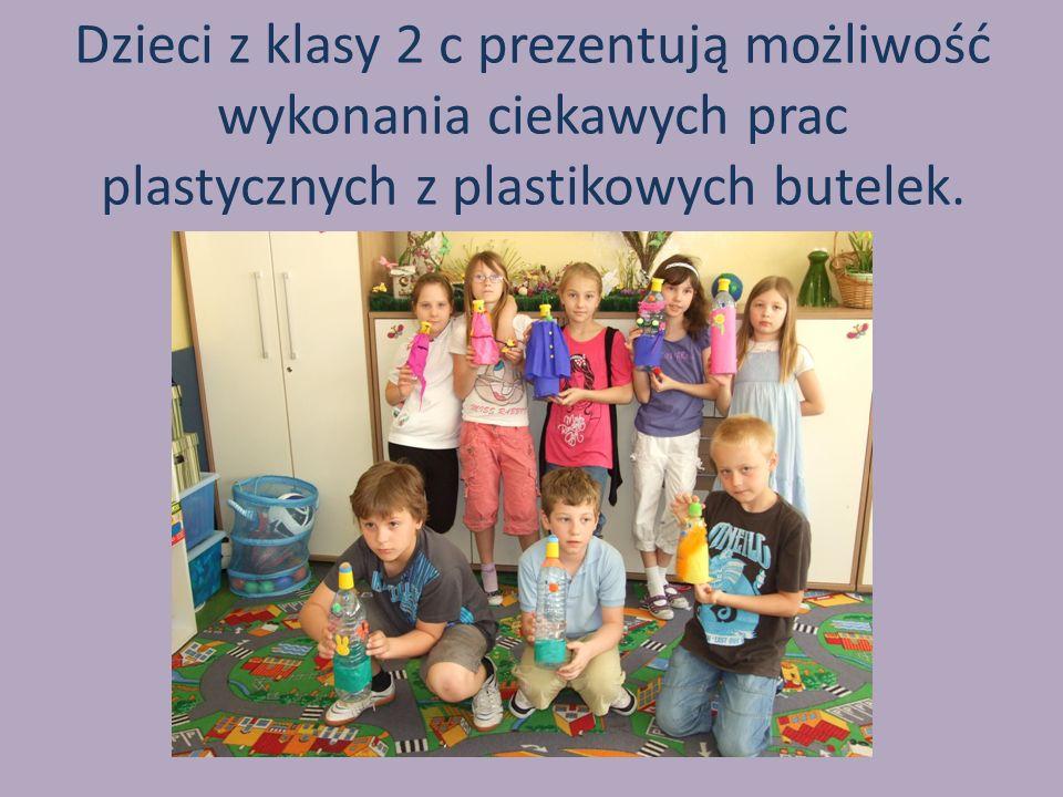 Dzieci z klasy 2 c prezentują możliwość wykonania ciekawych prac plastycznych z plastikowych butelek.