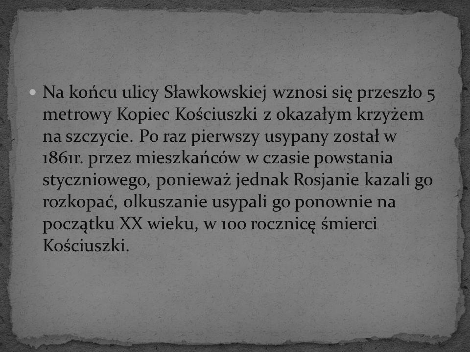 Na końcu ulicy Sławkowskiej wznosi się przeszło 5 metrowy Kopiec Kościuszki z okazałym krzyżem na szczycie.