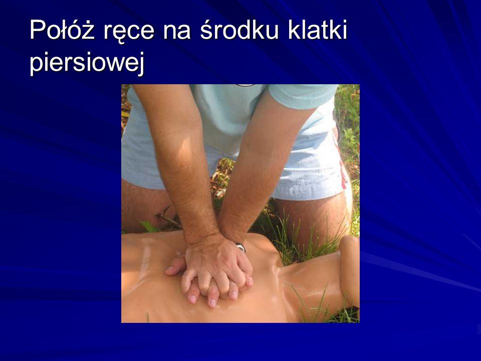 Połóż ręce na środku klatki piersiowej