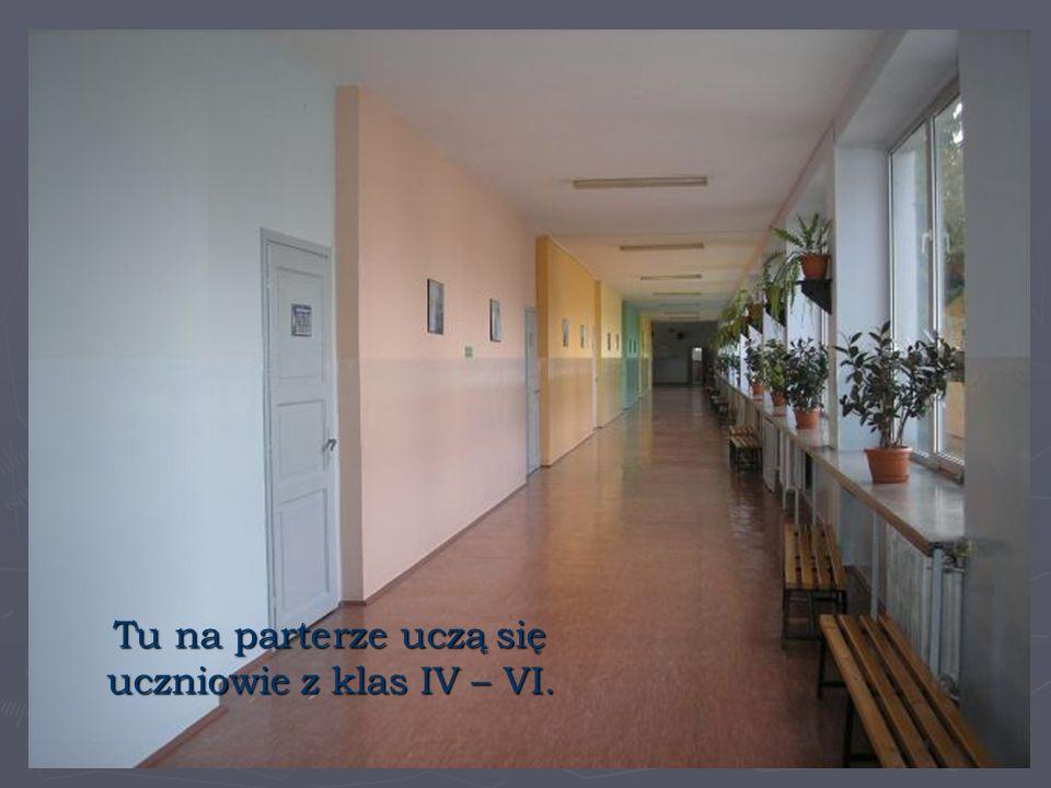 Tu na parterze uczą się uczniowie z klas IV – VI.