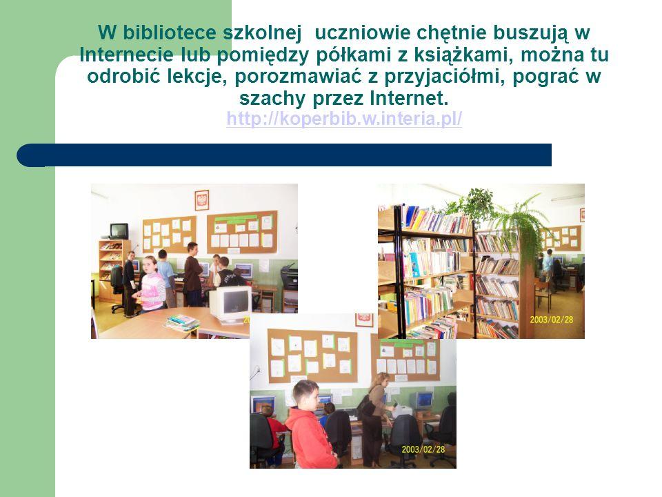 W bibliotece szkolnej uczniowie chętnie buszują w Internecie lub pomiędzy półkami z książkami, można tu odrobić lekcje, porozmawiać z przyjaciółmi, pograć w szachy przez Internet.