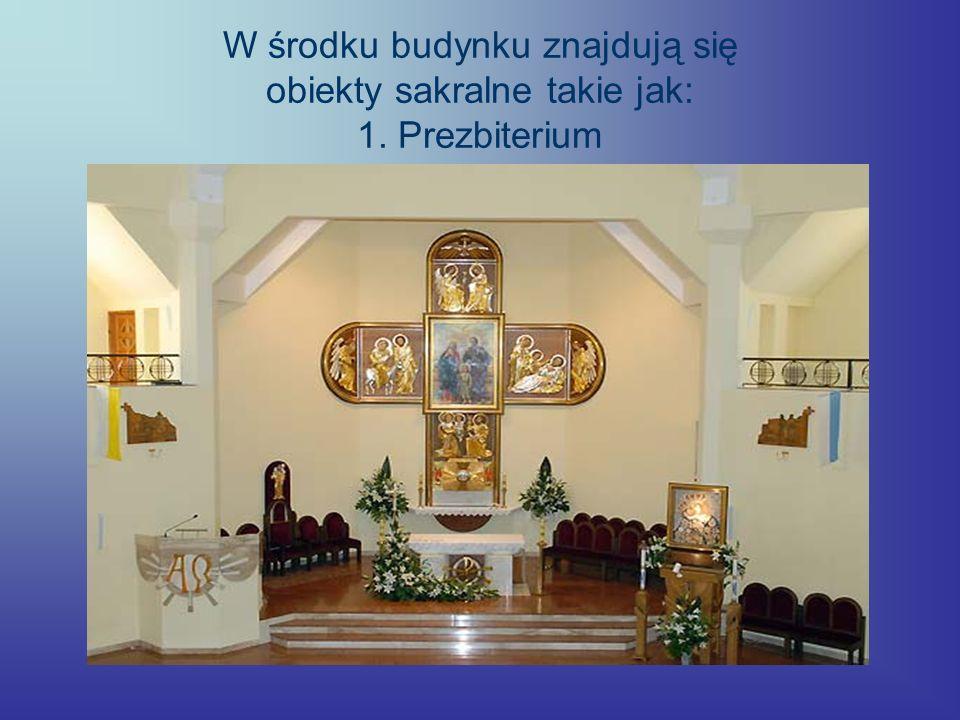 W środku budynku znajdują się obiekty sakralne takie jak: 1