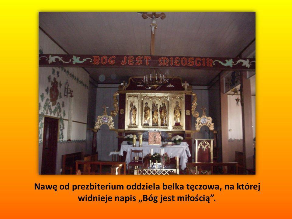 """Nawę od prezbiterium oddziela belka tęczowa, na której widnieje napis """"Bóg jest miłością ."""