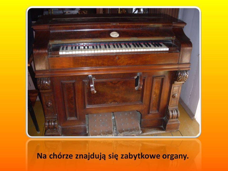 Na chórze znajdują się zabytkowe organy.