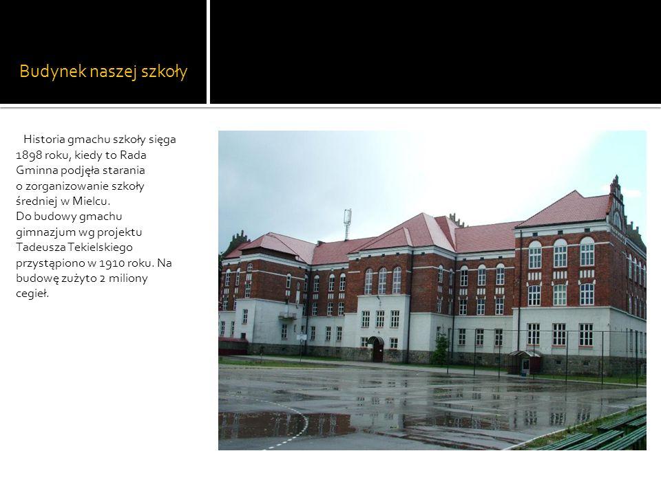 Budynek naszej szkoły Historia gmachu szkoły sięga 1898 roku, kiedy to Rada Gminna podjęła starania o zorganizowanie szkoły średniej w Mielcu.