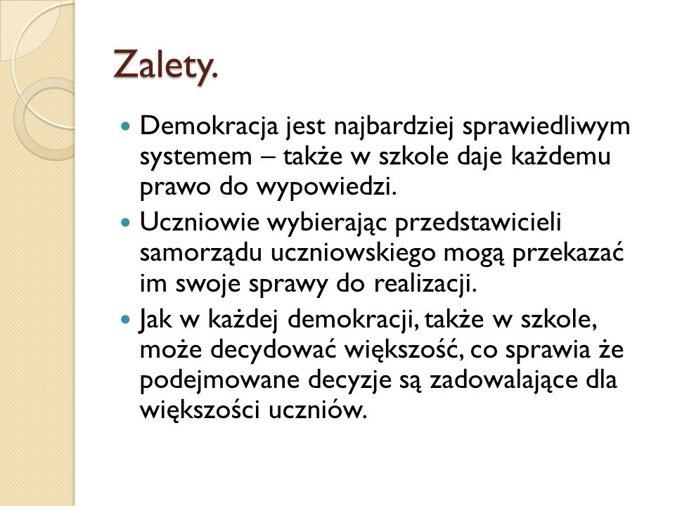 Zalety. Demokracja jest najbardziej sprawiedliwym systemem – także w szkole daje każdemu prawo do wypowiedzi.