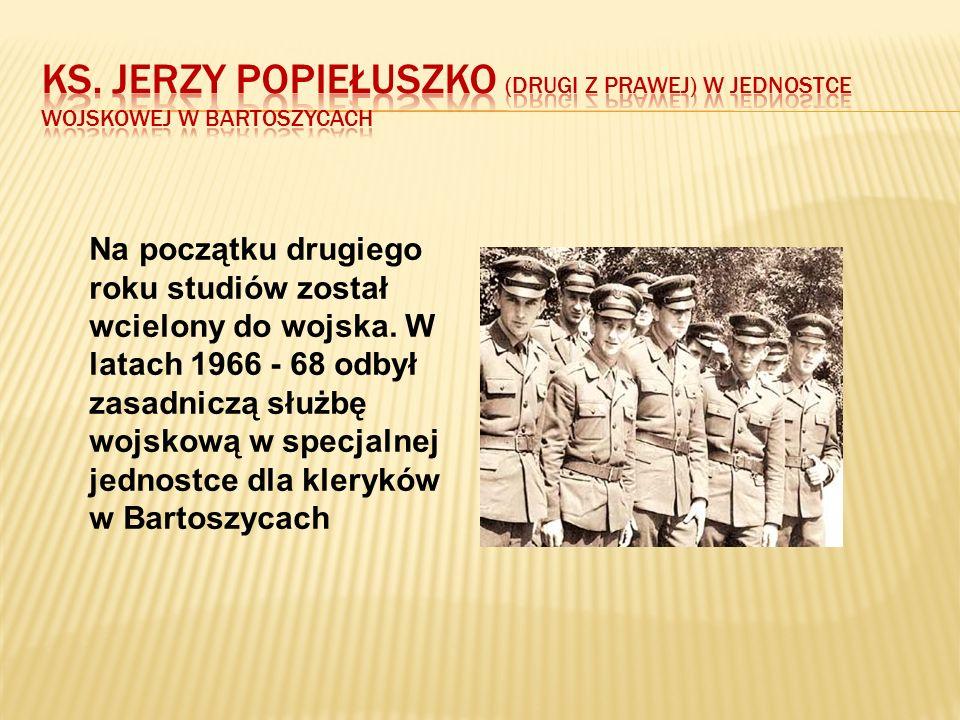 Ks. Jerzy Popiełuszko (drugi z prawej) w jednostce wojskowej w Bartoszycach