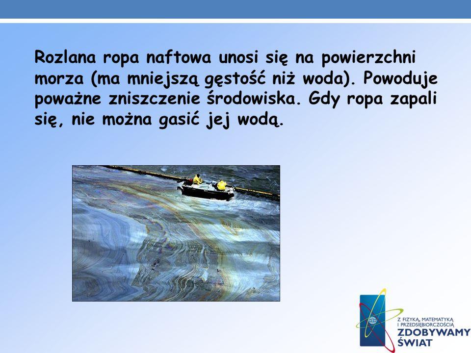 Rozlana ropa naftowa unosi się na powierzchni morza (ma mniejszą gęstość niż woda).