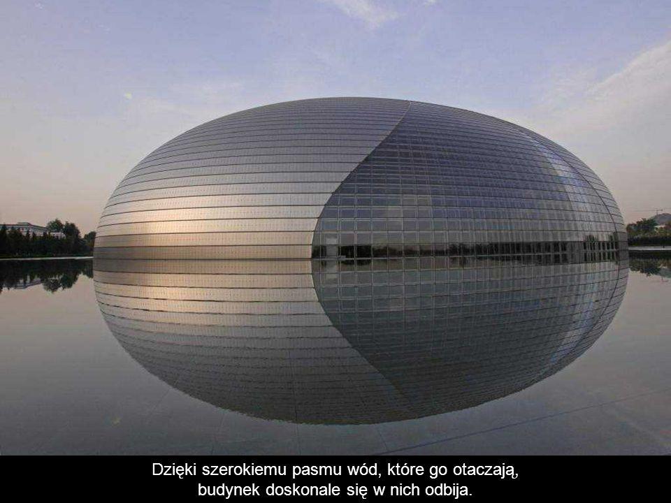 Dzięki szerokiemu pasmu wód, które go otaczają, budynek doskonale się w nich odbija.
