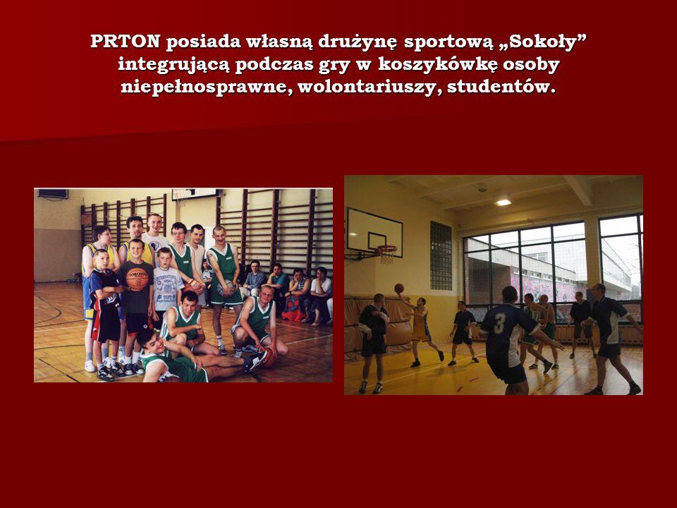 """PRTON posiada własną drużynę sportową """"Sokoły integrującą podczas gry w koszykówkę osoby niepełnosprawne, wolontariuszy, studentów."""
