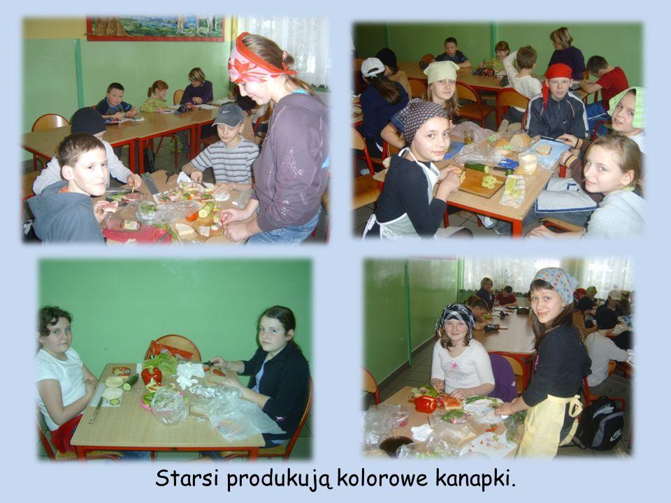 Starsi produkują kolorowe kanapki.