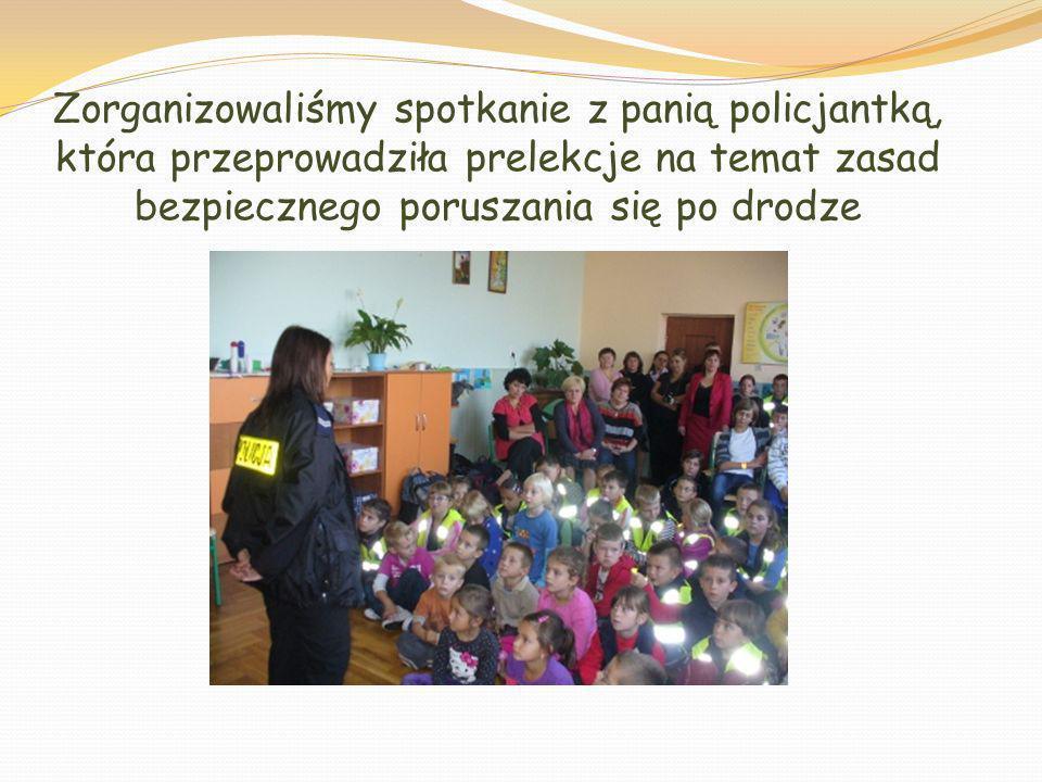 Zorganizowaliśmy spotkanie z panią policjantką, która przeprowadziła prelekcje na temat zasad bezpiecznego poruszania się po drodze