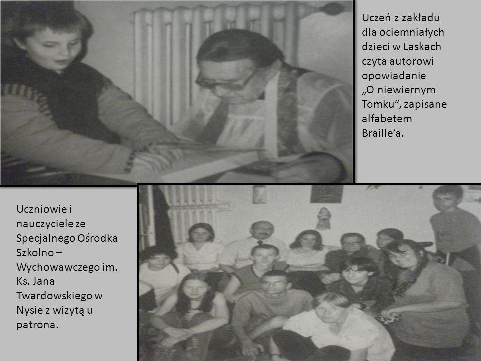 """Uczeń z zakładu dla ociemniałych dzieci w Laskach czyta autorowi opowiadanie """"O niewiernym Tomku , zapisane alfabetem Braille'a."""