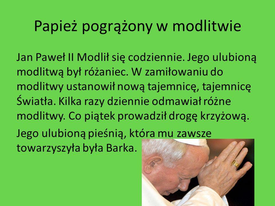 Papież pogrążony w modlitwie