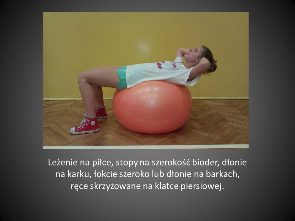 Leżenie na piłce, stopy na szerokość bioder, dłonie na karku, łokcie szeroko lub dłonie na barkach, ręce skrzyżowane na klatce piersiowej.