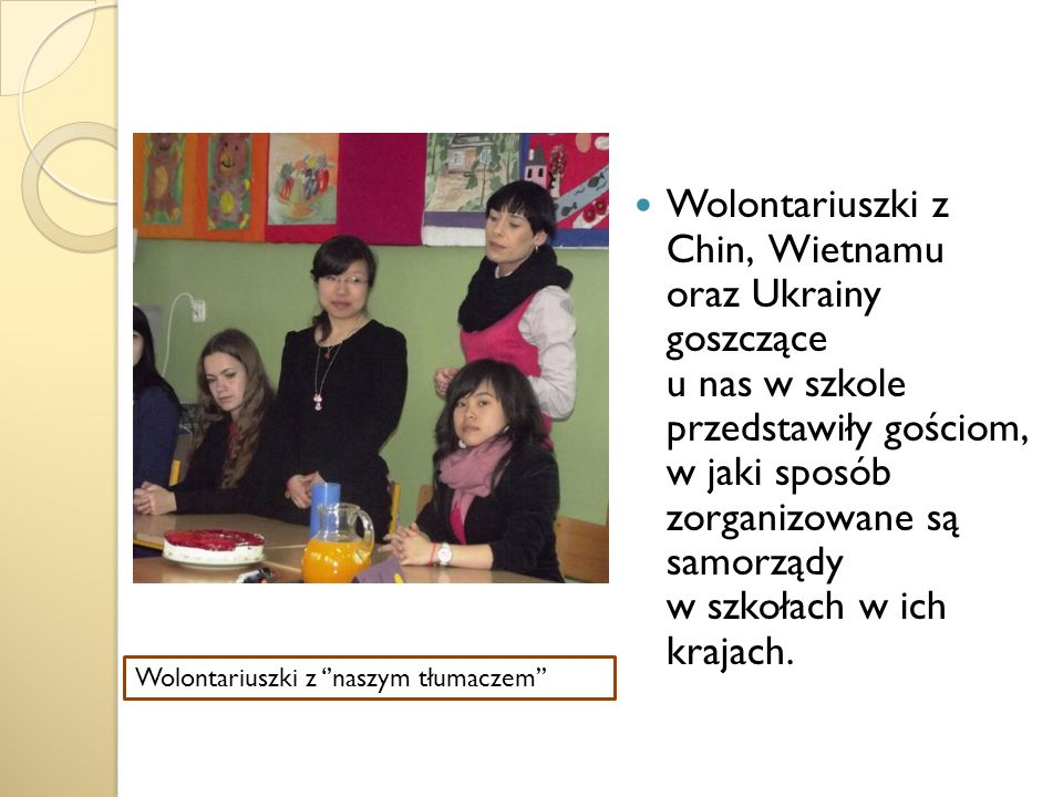 Wolontariuszki z Chin, Wietnamu oraz Ukrainy goszczące u nas w szkole przedstawiły gościom, w jaki sposób zorganizowane są samorządy w szkołach w ich krajach.
