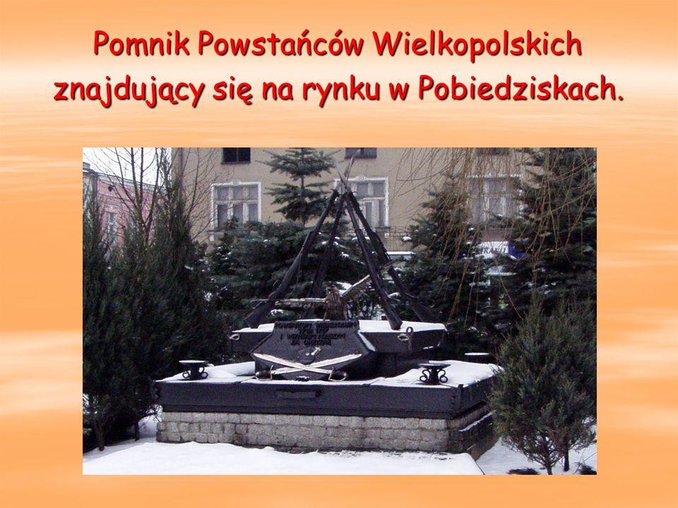 Pomnik Powstańców Wielkopolskich znajdujący się na rynku w Pobiedziskach.