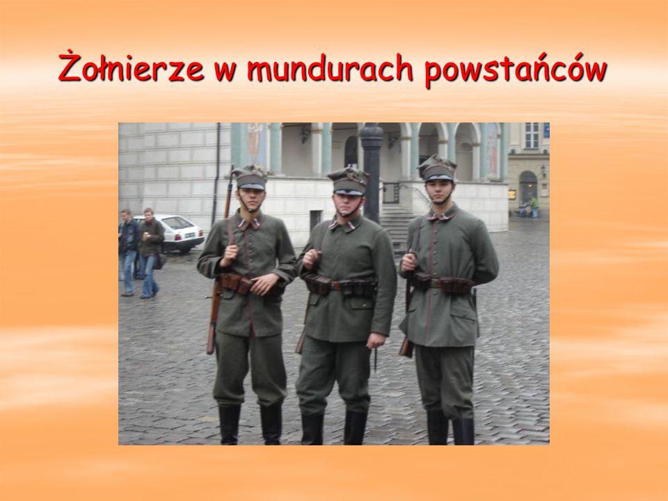 Żołnierze w mundurach powstańców